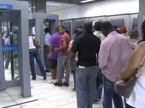Bancos voltam a funcionar com o fim da greve dos vigilantes - Quem não estava conseguindo fazer as transações, enfrentou fila nas agências.