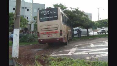 Ônibus de estudantes bate em árvore em parque de Franca, SP - Motorista perdeu o controle do veículo em uma curva na entrada da cidade.