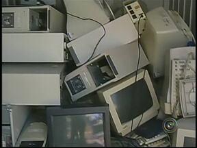 Apesar da existência de Ecoponto em Botucatu, eletrônicos são jogados de forma irregular - A equipe de reportagem da TV TEM constatou a grande quantidade de produtos eletrônicos descartados em terrenos na zona rural. Por causa deste problema foi montado um Ecoponto exclusivo para eletrônicos em Botucatu.