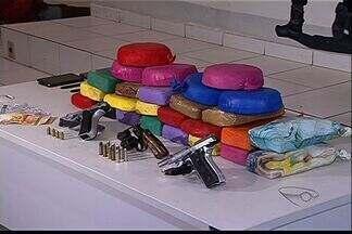 Veículo quebra e suspeitos de tráfico são presos em via no ES - Cinco homens levavam drogas de Rondônia para o Espírito Santo. Polícia diz que droga estava envolvida em café para despistar cães.