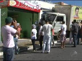 Caminhão invade armarinho no centro de Vitória da Conquista - Um outro acidente envolvendo uma carreta, em Salvador, assustou a população. Confira a reportagem.
