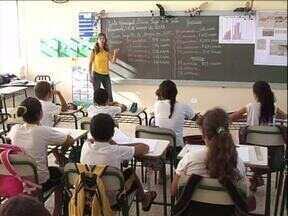 Alunos de Paranavaí aprendem em sala de aula os perigos da dengue - Depois das aulas as crianças foram às ruas para alertar os motoristas sobre a importância de manter os quintais limpos.