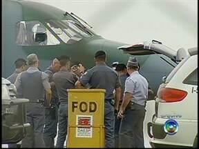 Suspeitos de matar policiais em SP são transferidos para Rondônia - Os detentos transferidos nesta sexta-feira (8) estavam, segundo a SSP, na Penitenciária de Avaré I. Os 12 presos são suspeitos de envolvimento em mortes de policiais em São Paulo. Eles foram levados para a Penitenciária Federal de Porto Velho.
