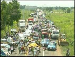 BR-101 fica interditada por quase seis horas por causa de protesto contra lei dos royaltie - Motoristas reclamaram das manifestações