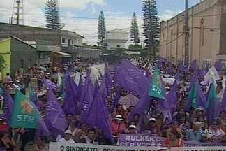 Mulheres do campo fazem marcha em alusão ao dia da mulher na Paraíba - Cerca de 3 mil mulheres se reuniram em Solânea para pedir o fim das desigualdades e da violência contra a mulher.
