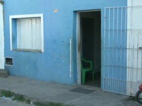 Corpo de criança morta dentro de casa é enterrado nesta quinta em Feira de Santana - A menina de nove anos estava no quarto, quando a casa foi invadida por homens que já chegaram atirando. Os supeitos perseguiam o primo dela.