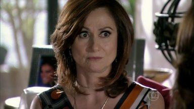 Berna diz a Helô que viu Lívia e Wanda juntas - A esposa de Mustafa acredita que Wanda esteja por trás do sequestro de Aisha e pede para a delegada guardar segredo sobre sua denúncia