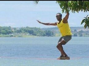 Slackline é opção de diversão para o final de semana - Slackline é uma boa opção para quem está de bobeira no final de semana. Praticantes da modalidade mostram como é o esporte, que tem como objetivo se equilibrar em uma corda amarrada entre duas árvores.
