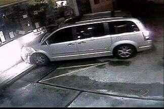 Camera de vídeo registra momento em que mulher bate carro em loja de coveniência no ES - A mulher se recusou a fazer o teste do bafômetro e dirigia com a carteira de habilitação vencida. Acidente aconteceu na Praia do Canto, em Vitória