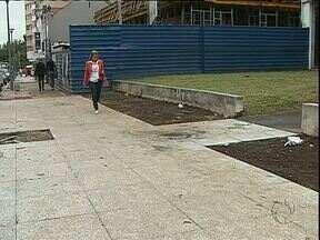 Instalação de granito em calçadas de Curitiba chega ao fim - De acordo com a Prefeitura de Curitiba, mais de R$ 200 mil foram economizados com a mudança do projeto original.