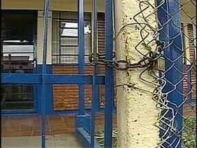 Base da Guarda Municipal é alvo de vandalismo em Arapongas - Vândalos quebraram vidro e atearam fogo em móveis. Ninguém estava no local na hora do atentado.