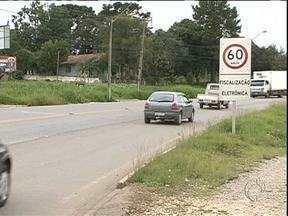 """Ladrões roubam """"falso radar"""" de rodovia na região metropolitana de Curitiba - O radar verdadeiro havia sido roubado a duas semanas. No lugar, moradores improvisaram um equipamento falso para garantir a velocidade média da rodovia."""