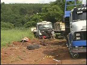 Acidente em rodovia próximo a Severínia, SP, mata quatro pessoas - Quatro pessoas, sendo três da mesma família, morreram neste sábado (16) em um acidente envolvendo um caminhão e um carro na rodovia Armando Sales de Oliveira, próximo a Severínia (SP). O caminhoneiro disse que tentava desviar de um buraco.