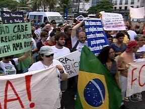 Ativistas gays e do grupo Femen protestam contra a homofobia em Copacabana - Com cartazes e faixas de apoio à diversidade e contra o preconceito chamaram a atenção de quem passava pela praia. Duas mulheres do Femen exibiram os seios pintados. Policiais acompanharam a passeata.