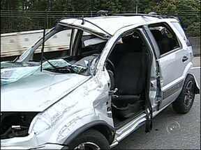 Veículo capota na Raposo Tavares e mulheres ficam presas às ferragens em Sorocaba, SP - Duas pessoas ficaram feridas em um acidente na rodovia Raposo Tavares, na manhã deste sábado (16), em Sorocaba (SP). As vítimas ficaram presas às ferragens.