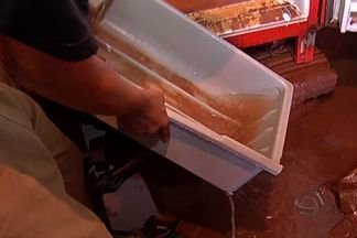 Chuva forte inunda casas e causa transtornos em Dourados - Casas de moradores de bairro em Dourados foram inundadas durante a forte chuva que caiu na cidade.
