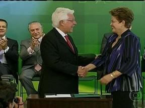 Dilma Rousseff defende alianças políticas durante posse de ministros - A presidente afirmou que, em um país de dimensões continentais como o Brasil, é muito difícil governar sem fazer alianças com partidos que nem sempre têm a mesma orientação política que o partido do governo.