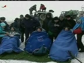 Astronautas retornam à Terra depois de passar quase cinco meses no espaço - A cápsula Soyuz pousou num campo gelado no Cazaquistão. Outros três astronautas continuam em órbita na Estação Espacial Internacional. Com a aposentadoria dos ônibus espaciais da Nasa, os voos têm sido feitos pela agência espacial russa.