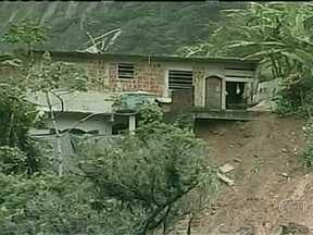 Sobe para 27 o número de mortes pela chuva na Região Serrana do Rio - Bombeiros e homens do Exército reviraram toneladas de lama atrás de desaparecidos. Os moradores também ajudavam. Mais de 1,4 mil pessoas continuam fora de casa.