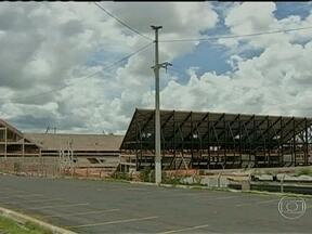 Mais de 85% das obras em Mato Grosso para a Copa do Mundo estão atrasadas - Segundo um relatório do Tribunal de Contas de Mato Grosso, das 24 obras para Copa, 21 estão atrasadas. O secretário extraordinário da Copa do Mundo, Maurício Guimarães, culpou a chuva pelo atraso na construção da Arena Pantanal.