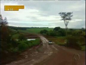 Motoristas são obrigados a andar por desvio em péssimas condições na região noroeste - A imagem foi enviada por uma telespectadora. O desvio está sendo usado, porque uma estrada está interrompida
