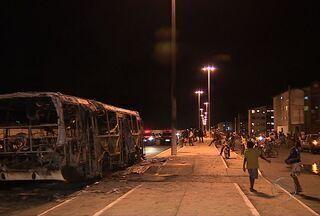 Cerca de oito homens encapuzados incendeiam ônibus em Aracaju - Cerca de oito homens encapuzados bloquearam a passagem de um ônibus do transporte coletivo e incendiaram o veículo que transitava pela Avenida Dois, no Bairro 17 de Março, Zona Sul de Aracajux (SE), na noite desta quarta-feira (20).