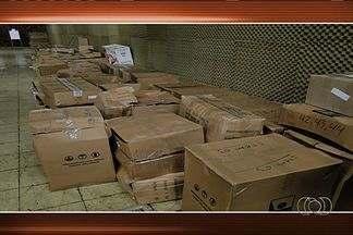 Polícia Federal apreende armas irregulares em loja de caça e pesca, em Goiânia - De acordo com a PF, haviam cerca de 1 milhão de armas que estavam irregulares e munições. O armamento estava em um galpão da empresa.