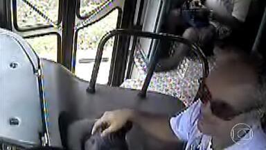 Ônibus em Juiz de Fora foi atacado por adolescentes - Alunos de uma escola municipal da cidade que utilizam o tranporte estão com medo de ir para a aula, por causa das brigas, que seriam de gangues rivais da região.