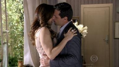 Salve Jorge - Capítulo de quinta-feira, dia 21/03/2013, na íntegra - Théo e Lívia se beijam e passam a noite juntos. Morena vê Wanda no salão do restaurante e fica apavorada