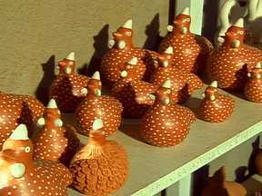 Casa do Artesão reúne mais de 10 mil peças de artesanato por mês - Artesãos do Mato Grosso conseguiram através de um programa de apoio, investir na produção de peças de barro para decoração. Um dos pontos de venda dos produtos é a Casa do Artesão, em Cuiabá.