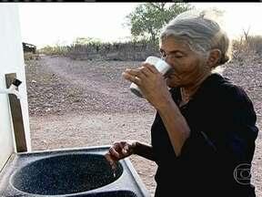 Família raciona água até para beber e fazer comida - A família de dona Delmindi de Lima sobrevive, no sertão de Pernambuco, com 22 litros de água, menos da metade que a maioria usa para tomar banho. Segundo a ONU, cada pessoas precisa de 110 litros de água por dia, para consumo e higiene.