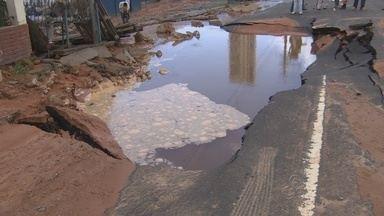 Adutora rompe e água invade casas na Zona Oeste de Manaus - Problema ocorreu próximo a uma tubulação de gás natural