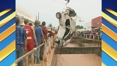 Carro cai em galeria e motorista é encontrado morto, em Rolim de Moura - Corpo foi encontrado quatro quilômetros de onde carro caiu. Acidente ocorreu após forte chuva durante a madrugada desta quinta-feira.