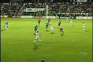 Goiás perde invencibilidade no Goianão ao ser derrotado pelo Rio Verde - Apesar do revés, time da capital se mantém na liderança do Estadual. Gol de fora da área de Thiaguinho, definiu placar de 1 a 0 para Verdão do Sudoeste.