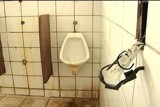 Em São Luís, população encontra dificuldades para encontrar e utilizar banheiros públicos - Encontrar banheiros públicos em locais de grande movimento de pessoas na capital é difícil. E nos locais em que ainda há banheiros disponíveis, eles se encontram em condições ruins, pela falta de manutenção ou até mesmo de educação dos usuários.