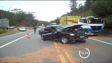 Motorista de caminhonete morre em acidente na Tamoios - Batida em caminhão ocorreu no trecho de Paraibuna.