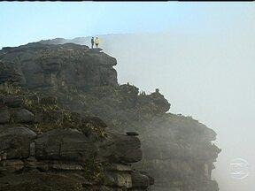 Cachoeiras e paisagem lunar no topo do Monte Roraima encanta equipe - Após 4,5 quilômetros de caminhada, a equipe do Globo Repórter chega ao topo do Monte Roraima, que tem platô de 90km² com muitas cachoeiras, rochas e cerca de 40 espécies de aves e plantas carnívoras.