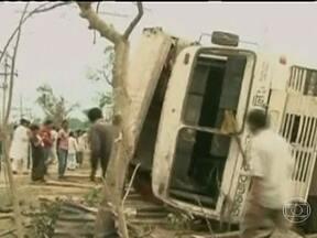Tornado mata 20 e deixa 300 feridos em Bangladesh - A imagem mostra a chegada do tornado. Em 15 minutos os ventos destruíram casa, carros e derrubaram árvores e postes. Alguns pedestres foram atingidos e morreram. Pelo menos 300 pessoas ficaram feridas.
