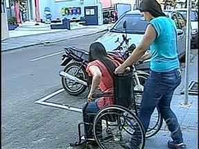 Teste mostra que calçadas de Londrina não oferecem acessibilidade para deficientes - As rampas não são padronizadas e dificultam a passagem de cadeirantes. O teste foi feito por alunos de engenharia da Unifil e mostrou que a dificuldade também é grande para os cegos.