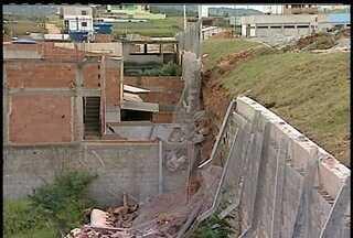 Parte do muro da garagem de ônibus de Macaé cai - Oito casas foram interditadas.