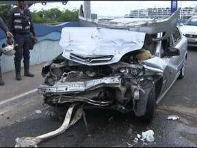 Acidente entre carro e guincho deixa uma pessoa ferida na Avenida Contorno - A colisão foi no sentido Comércio/Vale do Canela. O motorista foi levado para o Hospital Geral do Estado.