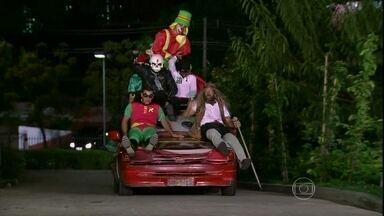O grupo Loucos Pela Paz invade o Programa do Jô - Eles são de Capão Redondo e protestam contra a injustiça fantasiados de super-heróis. Liderado por Batman, o grupo conta ainda com o Homem Invisível, a Batgirl, o Homem das Cavernas e o palhaço Patatá, que faz as vezes do Robin.