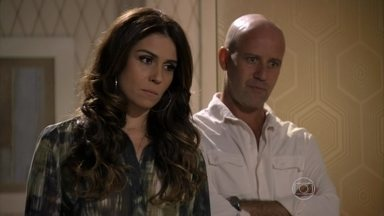 Helô descobre que os traficantes já sabem que Morena está viva - Waleska comenta com Morena que Rosângela mentiu para ajudá-la. Drika desmente a mãe e Stenio fica intrigado