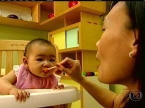 Médicos afirmam que bebês só devem comer alimentos sólidos a partir dos seis meses - Nos Estados Unidos, uma pesquisa mostrou que quase a metade das mães começa a dar papinhas para os bebês antes dos quatro meses de idade. Médicos alertam que a alimentação antecipada pode levar a doenças crônicas no futuro.