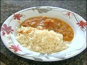 Cozinha industrial transforma peixe em receitas especiais para a Semana Santa - Os pratos são preparados para escolas municipais e restaurantes populares de Toledo.