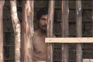Homem com problemas mentais provoca pânico em moradores de bairro de Codó - Em Codó, os moradores reclamam de um vizinho violento e pedem providências. Ele vive preso em um casebre de madeira por medida de segurança.