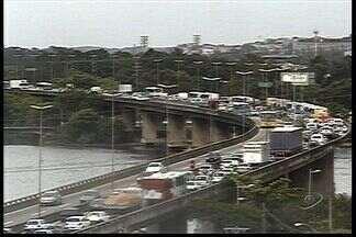 Acidentes complicam trânsito na Segunda Ponte, no ES - O primeiro foi no início da manhã, e o segundo entre um carro e uma moto, por volta de dez e meia.