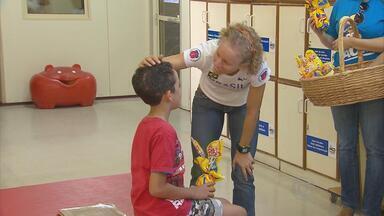 Medalhista olímpica Yane Marques distribui ovos de páscoa na AACD - Meninos e meninas da Associação de Assistência a Criança Deficiente ganham chocolates e carinho