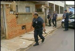 Suspeitos de envolvimento com tráfico continuam sendo procurados no Noroeste do estado - Buscas estão concentradas em Santo Antônio de Pádua. Polícia vistoriou celas no presídio de Itaperuna e econtrou drogas e aparelhos celulares.