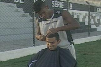 Zagueiro do Treze faz sucesso como cabeleireiro do time - Léo Breno aprendeu a cortar cabelos com a mãe, cabeleireira profissional, e hoje em dia faz a cabeça dos colegas de time.